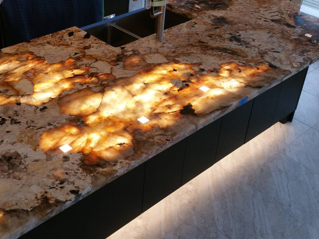 kitchen_translucent_granite
